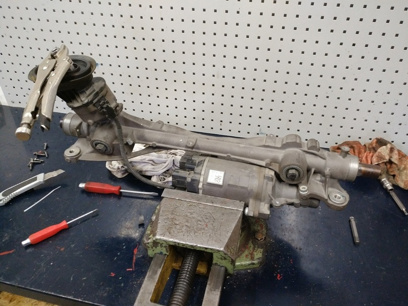 Рулевая рейка Audi TT в процессе ремонта