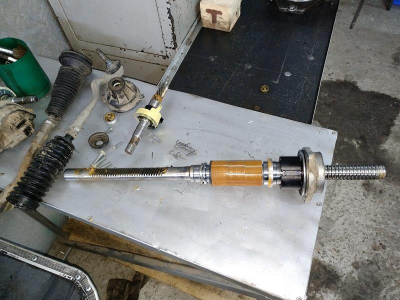 При необходимости замена компонентов механики рейки ЭУР AUDI A4 (8K2, B8) 2011-2018 (опорный механизм, вал, подшипники, поджимной механизм, датчик момента).